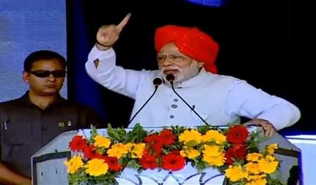 प्रधानमंत्री नरेंद्र मोदी ने कांग्रेस पर समाज को बांटने का आरोप लगाया