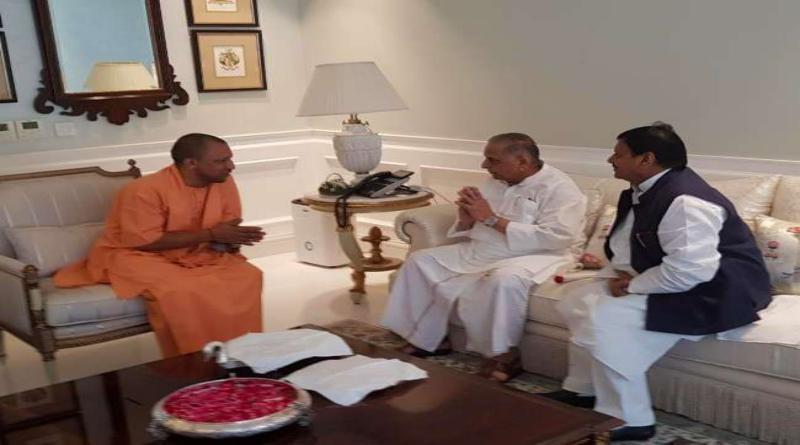 मुख्यमंत्री योगी आदित्यनाथ ने मुलायम सिंह यादव के घर पहुंचकर दी दीपावली की शुभकामनाएं